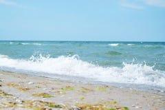 Belle vue de plage sablonneuse le jour ensoleillé Images stock
