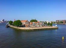 Belle vue de pont d'Erasmus sur la rivière de Nieuwe Maas et l'île de Noordereiland à Rotterdam, Pays-Bas photo stock