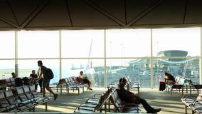 Belle vue de région de embarquement de passager en Hong Kong International Airport banque de vidéos