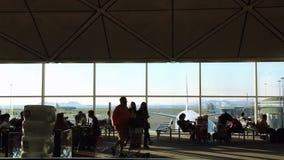 Belle vue de région de embarquement de passager en Hong Kong International Airport clips vidéos