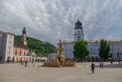 Belle vue de Residenzplatz avec DomQuartier célèbre Salzbourg images stock