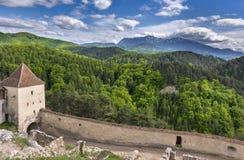 Belle vue de ressort de l'entrée dans la citadelle de Rasnov en comté Roumanie de Brasov, avec des montagnes de Postavaru à l'arr images libres de droits