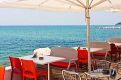 Belle vue de restaurant de plage en Maldives Photos stock