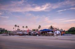 Belle vue de restaurant de plage en Maldives images libres de droits