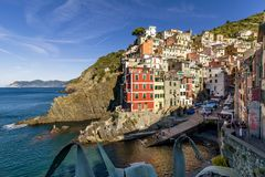 Belle vue de Riomaggiore dans la lumière de matin, Cinque Terre, Ligurie, Italie images libres de droits