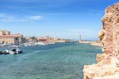 Belle vue de rivage au phare blanc dans le port Photos stock