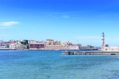 Belle vue de rivage au phare blanc dans le port Image libre de droits