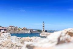 Belle vue de rivage au phare blanc dans le port Images stock
