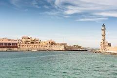 Belle vue de rivage au phare blanc dans le port Photo stock