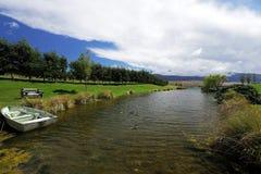 Belle vue de rivière dans l'heure d'été chaude Photographie stock libre de droits