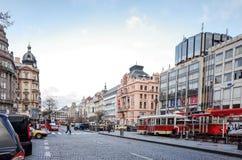 Belle vue de rue de vieux bâtiments traditionnels à Prague, CZ Photographie stock
