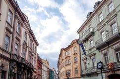 Belle vue de rue de vieux bâtiments traditionnels à Prague, CZ Photos libres de droits