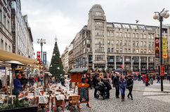 Belle vue de rue de vieux bâtiments traditionnels à Prague, CZ Images stock