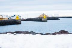 Belle vue de saison d'hiver de l'Islande et de phare jaune à Photographie stock libre de droits