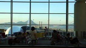 Belle vue de secteur de embarquement de passager en Hong Kong International Airport banque de vidéos