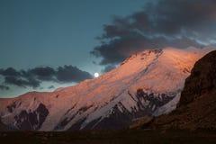 Belle vue de soirée de montagne chez Pamir Photos libres de droits