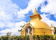 Belle vue de temple Sino-vietnamien Chua Truc Lam de Zen Buddhist dans un jour d'été ensoleillé avec le ciel bleu et le nuage lis image libre de droits