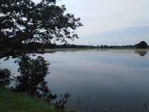 Belle vue de temps foncé d'image non éditée de lac photographie stock