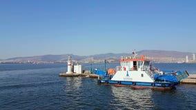 Belle vue de ville d'Izmir d'un ferry en mer Égée banque de vidéos