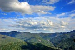 Belle vue des collines et des nuages Image libre de droits