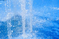 Belle vue des fontaines en parc avec la r?flexion verte et bleue dans l'eau ?t? en parc avec les fontaines artificielles photographie stock