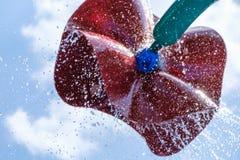 Belle vue des fontaines en parc avec la r?flexion verte et bleue dans l'eau ?t? en parc avec les fontaines artificielles image stock