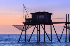 Belle vue des huttes de pêche au coucher du soleil au-dessus de l'Océan Atlantique images libres de droits