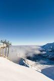 Belle vue des montagnes et de la benne suspendue un jour ensoleillé Photographie stock libre de droits
