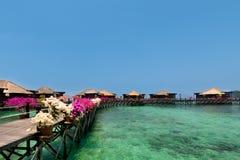 Belle vue des pavillons d'overwater dans la station de vacances Images stock