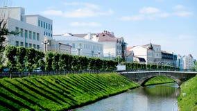 Belle vue des paysages de ville de la ville antique Longueur courante Beau jour ensoleillé dans un milieu urbain banque de vidéos
