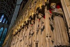 Belle vue des statues des rois sur l'écran de choeur et la fenêtre en verre teinté de la cathédrale de monstre de York dans Yorks photos stock
