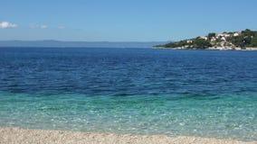 Belle vue des vacances adriatiques abandonnées de côte dans le méditerranéen banque de vidéos