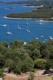 Belle vue des voiliers et des îles en mer Photographie stock libre de droits