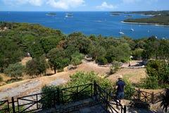 Belle vue des voiliers et des îles en mer Image libre de droits