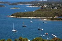 Belle vue des voiliers et des îles en mer Photo libre de droits