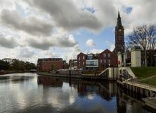 Belle vue du canal, du pont, de l'église et des maisons dans la ville néerlandaise de Vlaardingen un jour nuageux photo stock