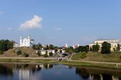 Belle vue du centre historique de Vitebsk au-dessus du Dvina occidental Cathédrale sainte de Dormition, monastère de Saint-Esprit Photos stock