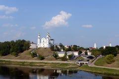 Belle vue du centre historique de Vitebsk au-dessus du Dvina occidental Cathédrale sainte de Dormition, monastère de Saint-Esprit Images libres de droits