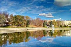 Belle vue du ciel et des arbres reflétés dans l'eau image stock
