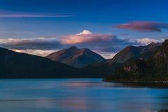 Belle vue du fjord dans la perspective du ciel nocturne norway images libres de droits