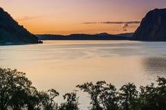Belle vue du fjord sur un fond d'un ciel lumineux de coucher du soleil norway Photos stock