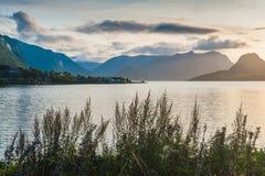 Belle vue du fjord sur un fond d'un ciel lumineux de coucher du soleil norway Photo libre de droits
