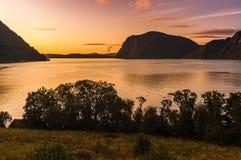 Belle vue du fjord sur un fond d'un ciel lumineux de coucher du soleil norway Photographie stock libre de droits