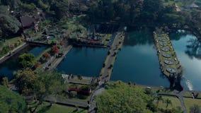Belle vue du jardin sur l'eau avec un lac, architecture, fontaines, ponts, avenues, gazebos bali Indonésie clips vidéos