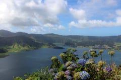 Belle vue du lac bleu et la pente avec des hortensias dans Sete Cidades L'île de San Miguel Image libre de droits