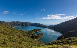 Belle vue du lac en cratère Volcano Covered avec la forêt Photo libre de droits