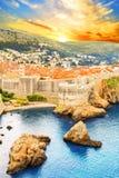 Belle vue du mur de forteresse et du golfe de la ville historique de Dubrovnik, Croatie Photos stock