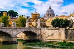 Belle vue du pont au-dessus de la rivière du Tibre et de Vatican avec la basilique du ` s de St Peter photo libre de droits