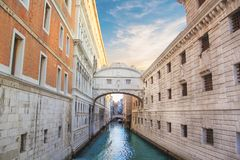 Belle vue du pont des soupirs plus d'un des canaux vénitiens à Venise, Italie photos stock