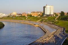 Belle vue du pont sur le remblai de Tyumen image stock